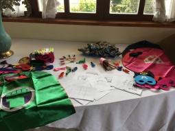 Mesa de disfrazes y pintura